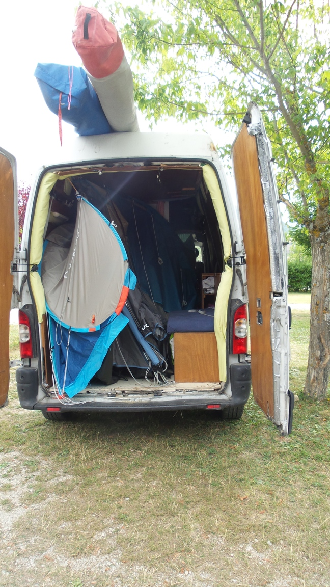 Les tentes, à moitié repliées, ont voyagé dans le camion